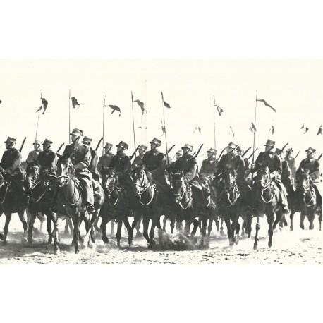 Fotografia z efektownym ujęciem parady 7 pułku Ułanów