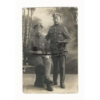 Unikatowe zdjęcie żołnierzy noszących owalną odznakę 4 PP Legionów