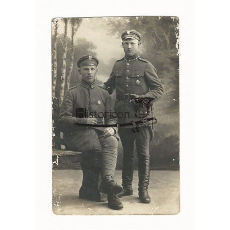 Zdjęcie żołnierzy noszących owalną odznakę 4 PP Legionów